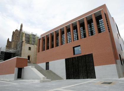 Новый корпус Музея Прадо. Слева - церковь Херонимо 15 века