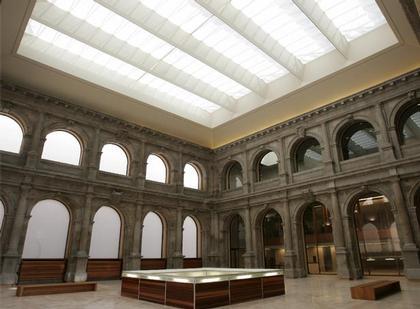 Новый корпус Музея Прадо. Зал скульптуры. В центре - световой колодец, через который освещаются два нижних уровня здания