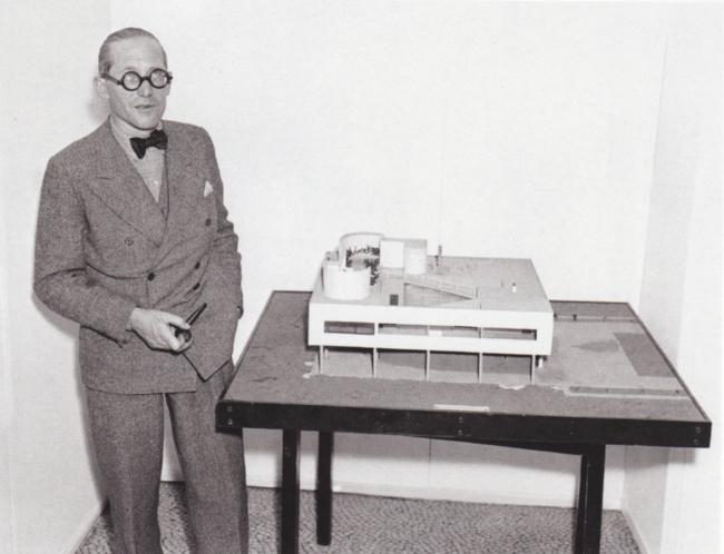 Ле Корбюзье рядом с моделью виллы Савой в Музее современного искусства, Нью-Йорк, 1935. Фотография из книги «Ле Корбюзье» Жана-Луи Коэна (издательство Taschen)