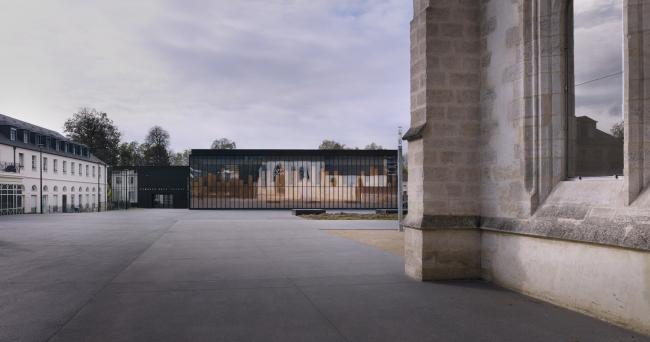 Спортивный зал и эспланада перед ратушей города Шель © Julien Lanoo