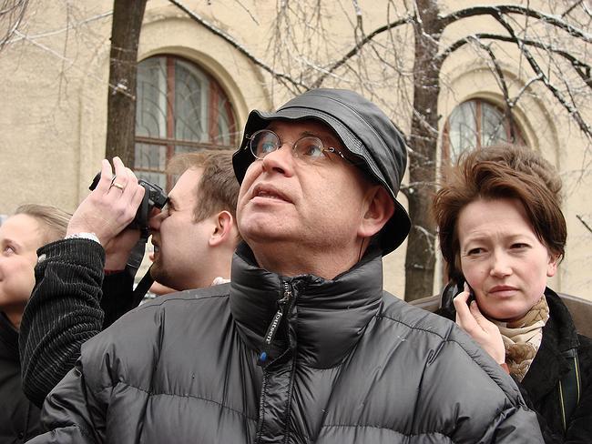 Алексей Бавыкин на экскурсии «Свободы доступа» перед построенным домом в Брюсовом переулке
