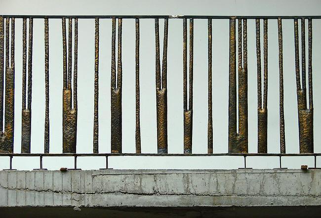 Дом в Брюсовом переулке. Перила балконов атриума изборажают те же древесные стволы, что и на фасаде