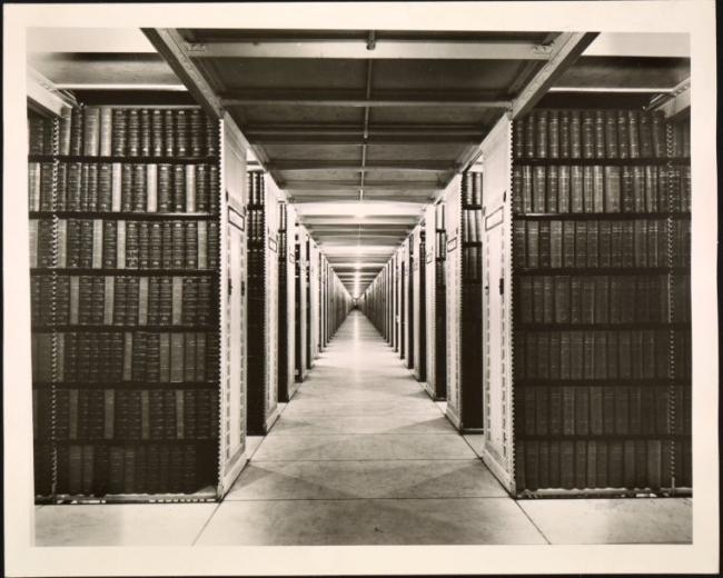Стеллажи Нью-йоркской публичной библиотеки. Фото из собрания NYPL