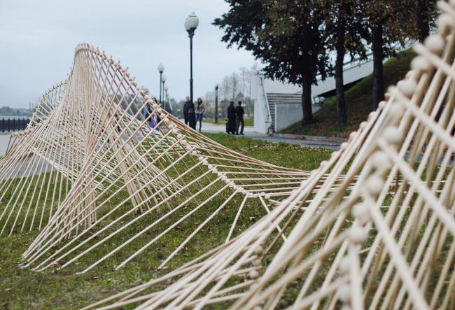 Инсталляция на Волжской набережной, Ярославль, фестиваль «Архитектура движения». Авторы:  Татьяна Горбачевская,Кириакос Чатципараскевас
