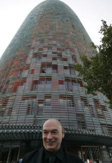 Жан Нувель на фоне Башни Агбар