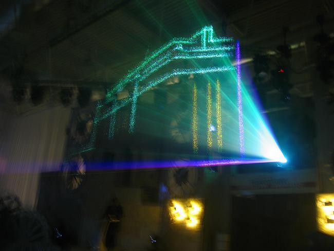 Прожектор, изображающий номинированные проекты
