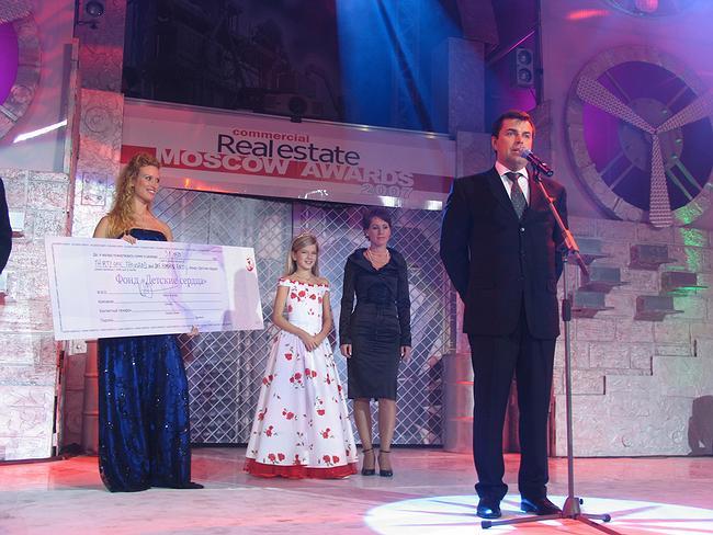 Подписанный чек для Фонда «Детские сердца» и Аня Соколова.