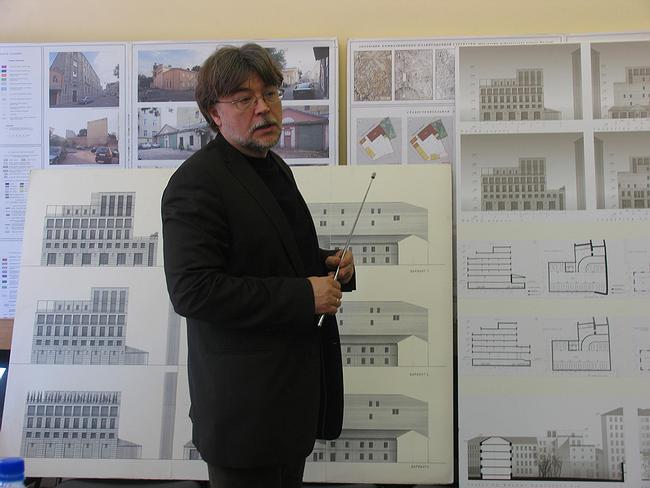 Илья Уткин показывает предпроект регенерации и реставрации жилых домов в Сверчковом переулке