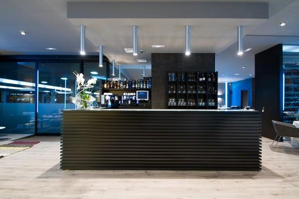 """Ресторан """"ITINERE"""". Коллекции FLOS в интерьере:  на потолке - металлические  «цилиндры» - TUBULAR BELLS."""