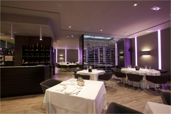 """Ресторан """"ITINERE"""".  Коллекции FLOS в интерьере: на потолке - металлические  «цилиндры» - TUBULAR BELLS; на стенах - вертикальные  - SOFTPROFILE DECO STARCK,  бра - SOFT SPUN LARGE."""