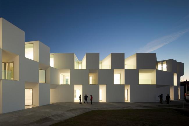 Жилой комплекс для пожилых людей в Алкасер-ду-Сал. Aires Mateus Arquitectos. Фото © FG+SG