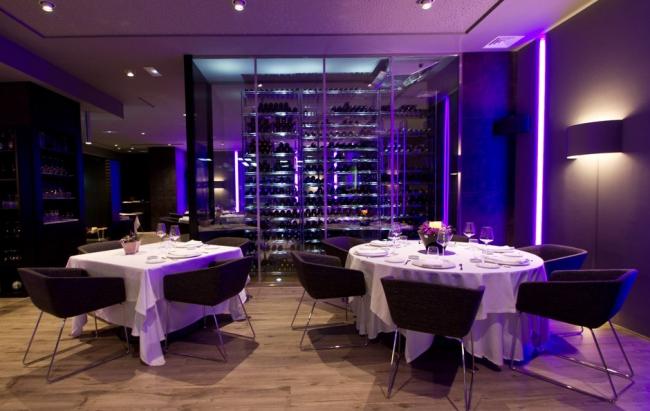 Ресторан Itinere. Коллекции FLOS в интерьере: на стенах - вертикальная подсветка  SOFTPROFILE DECO STARCK,  бра - SOFT SPUN LARGE.
