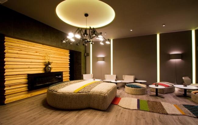 Ресторан Itinere. Коллекции FLOS в интерьере: на потолке в овале - USO COVE LIGHTING RGB; на стенах - вертикальная подсветка  SOFTPROFILE DECO STARCK,  бра - SOFT SPUN LARGE.