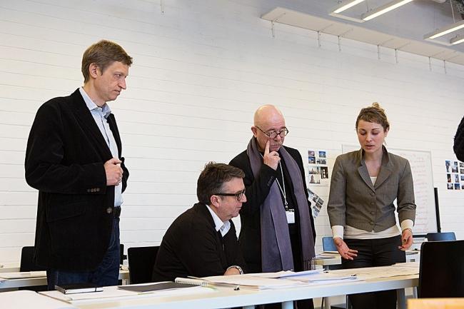 На фото Р. Малл, Е. Асс, Н. Токарев и К. Аджубей обсуждают портфолио студентов МАРШ