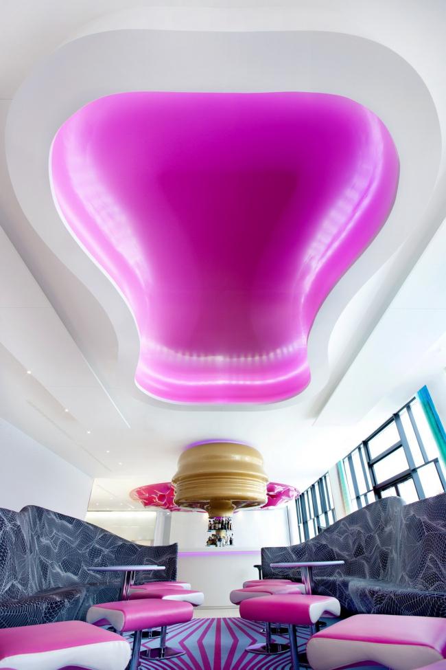 Гостиница nhow Hotel. Дизайнер интерьеров – Карим Рашид. Постройка, 2010 © Cem Guenes