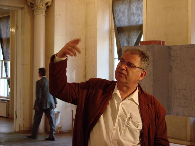 Алексей Бавыкин на экспозиции персональной выставки архитектора в Музее архитектуры. Фотографии Юлии Тарабариной