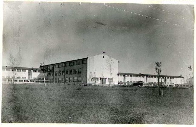 Фасад школы ФЗС со стороны спортивных площадок. Предоставлено автором