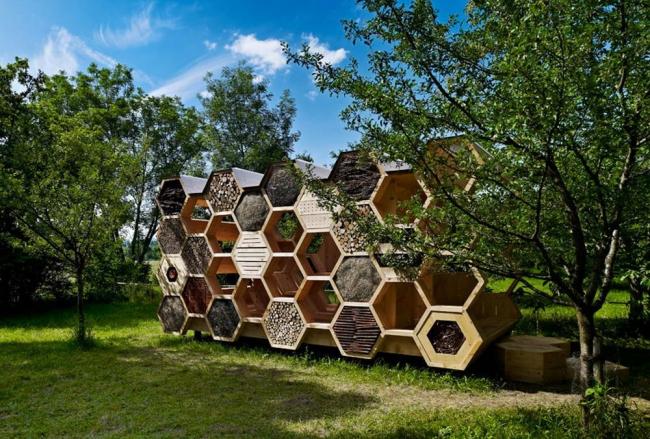 В качестве примера организаторы приводит дома-гнезда, построенные иностранными архитекторами. Летний павильон во Франции студии Atelierd. Фото: magazindomov.ru