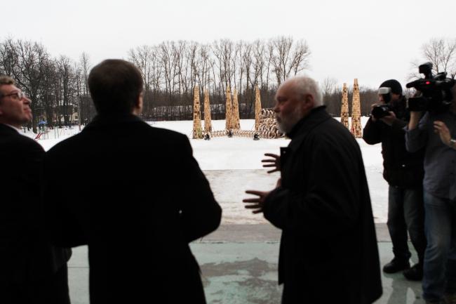 Николай Полисский показывает Владиславу Суркову инсталляции «Ракеты» и «Блестящая мысль». Фотография предоставлена организаторами