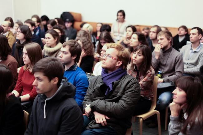 Студенты института «Стрелка» слушают лекцию Каролины Бос. Фото предоставлено Институтом медиа, архитектуры и дизайна «Стрелка»