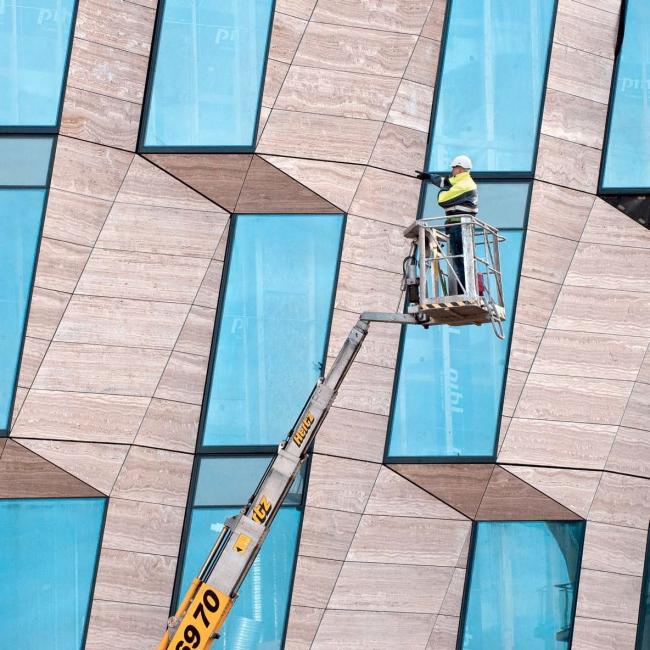 Фасад штаб-квартиры компании Horten в Копенгагене из травертина и оргстекла. Фото предоставлено 3XN