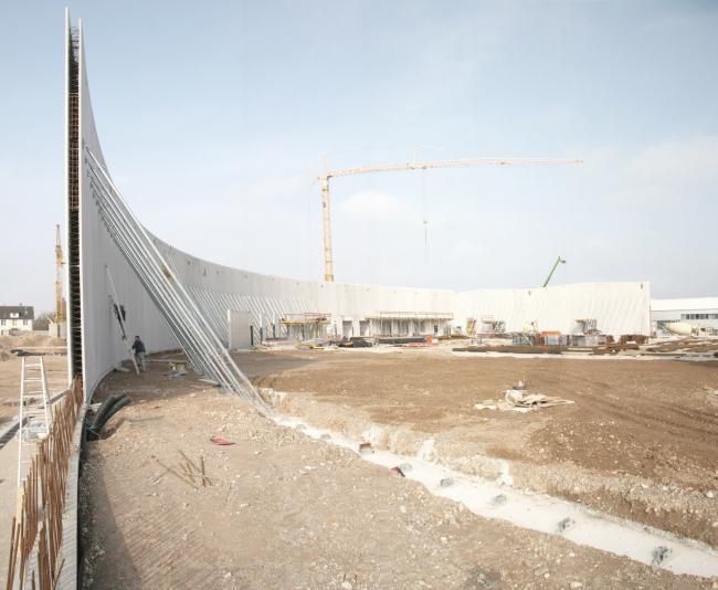 Фабричный корпус Vitrashop в процессе строительства © SANAA