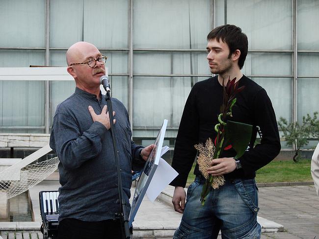Евгений Асс вручает диплом за лучший дизайн выставочного стенда компании VIART Lighting. фото Юлии Тарабариной