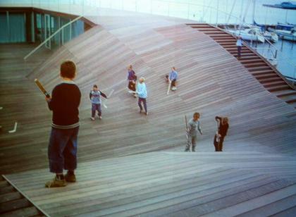 Яхт-клуб. На месте мусроной свалки построено деревянное ландшафтное полотно, ставшее общественной зоной