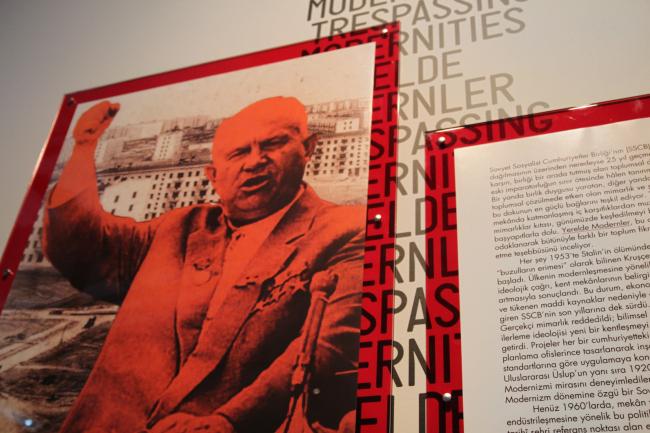 Портрет Н.С. Хрущева на выставке советского модернизма. Архитектурный центр SALT Galata, Стамбул. Дизайнер плаката: Феликс Новиков