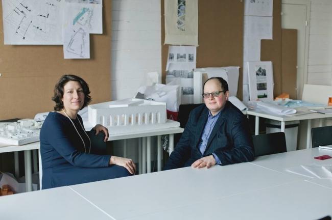 Надежда Нилина (слева) беседует с Николаем Кичигиным (справа). Фотография Александры Керелиной