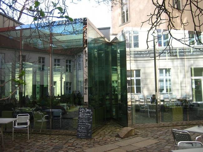 Дэн Грэхем. Кафе Cafe Bravo во дворе Института современного искусства KW в Берлине. 1999. Фото Kieran Lynam