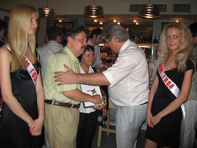 Автор одного из домов, вошедших в первую пятерку «Дома года 2006», Дмитрий Александров, получает хрустальную колонну