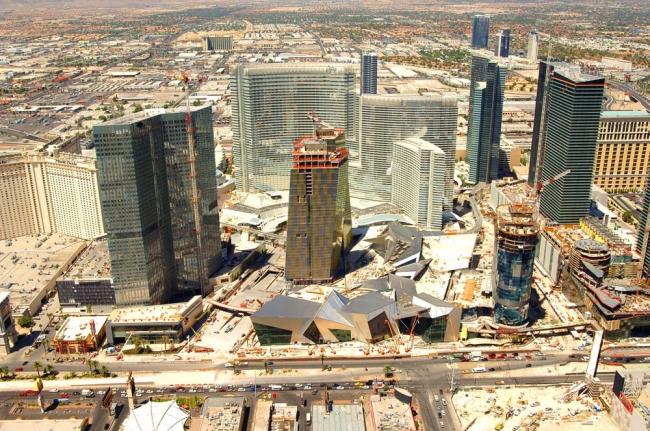 Комплекс CityCenter, Лас-Вегас, США; среди зданий Либескинда, Виньоли, Гельмута Янга и Сезара Пелли, Harmon Hotel (справа внизу) по проекту Фостера. Из-за конструктивных просчетов здание было построено в 26 этажей вместо 49, а потом и вовсе было признано негодным. Снос отеля, на строительство которого было затрачено 275 миллионов долларов, обошелся в 30 миллионов долларов. Фотография предоставлена Владимиром Белоголовским