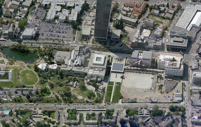 Общий вид комплекса LACMA. Слева - корпуса 1960-х - 1980-х годов, подлежащие сносу по плану Петера Цумтора. Фото Bing Maps