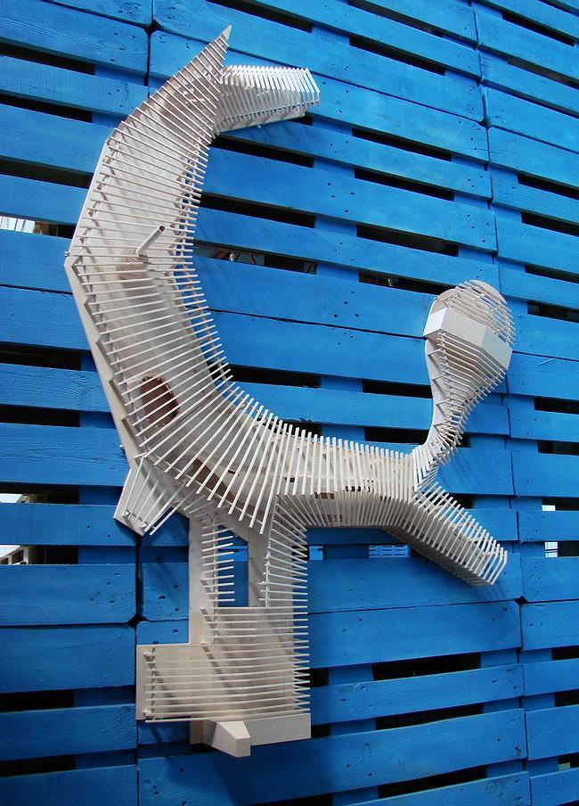 Некоторые макеты прилепились непосредственно к синим доскам стендов, как например «дом-дракон» Тотана Кузембаева...