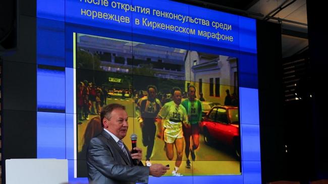Анатолий Смирнов делает доклад в ходе дискуссии «Пезаники: российско-норвежское соседство» © Strelka Institute