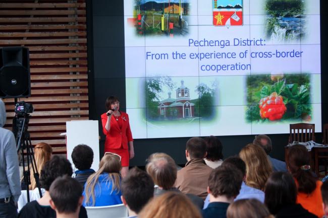 Татьяна Базанова делает доклад в ходе дискуссии «Пезаники: российско-норвежское соседство» © Strelka Institute