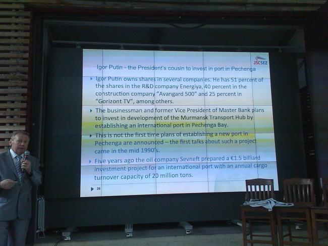 Анатолий Смирнов рассказывает о будущем порте в заливе Печенга. Фото Нины Фроловой