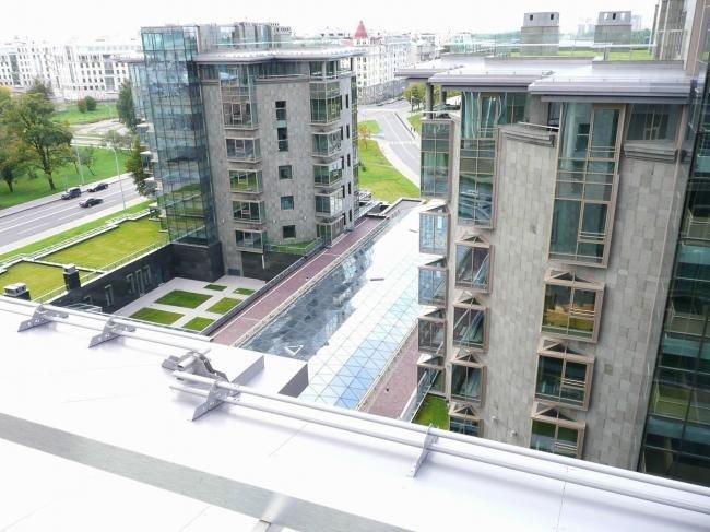 ЖК Diadema Club House: вид с одной из башен комплекса на озеленение стилобата и зеленую кровлю пентхауса на соседней башне. Фото предоставлено компанией «ЦинКо РУС»