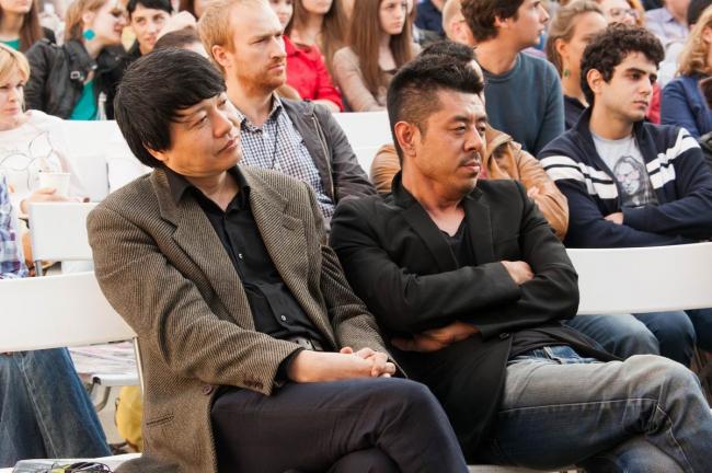 Китайские архитекторы Мэн Янь (Urbanus) и Ма Яньсун (MAD) на лекции в институте «Стрелка» © Strelka Institute
