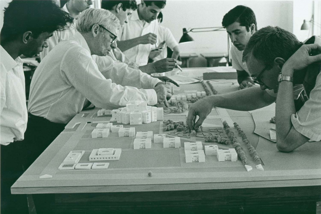 Луис Кан и сотрудники его мастерской работают над макетом. Конец 1960-х © Architectural Archives of the University of Pennsylvania, Philadelphia, photo: George Alikakos