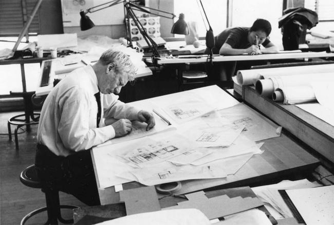 Луис Кан работает над проектом дома Фишер. 1961 © Louis I. Kahn Collection, University of Pennsylvania and the Pennsylvania Historical and Museum Commission