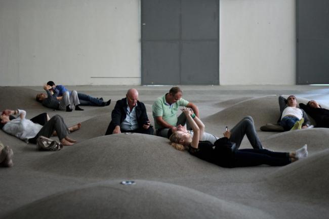 Лежащие на войлоке. Выставка «Гравитация». Фотография Ю.Тарабариной