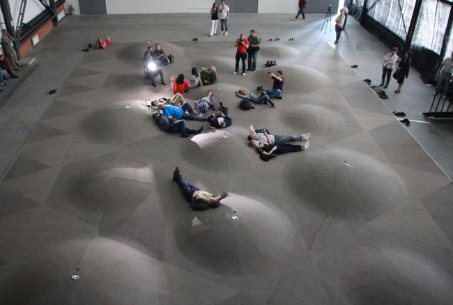 Рельеф войлочного пола. Выставка «Гравитация». Фотография Ю.Тарабариной