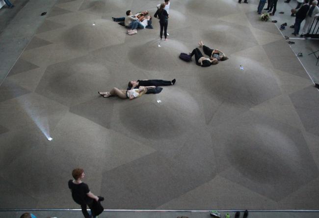 Рельеф пола; видны лучи из проекторов. Выставка «Гравитация». Фотография Ю.Тарабариной