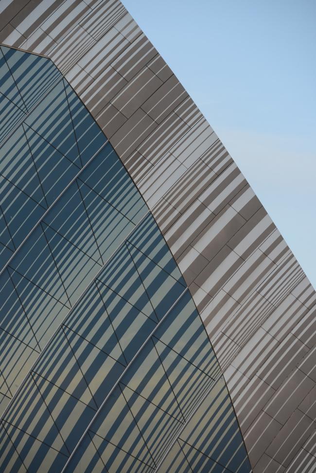 Дворец водных видов спорта в Казани. Фрагмент торцевого фасада