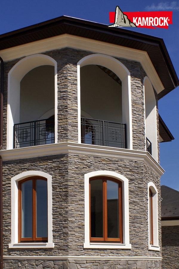 КП «Павлово». Башня-эркер со светелкой и балконом на вернем этаже отделана коллекцией «Скалистая гора» серого цвета.
