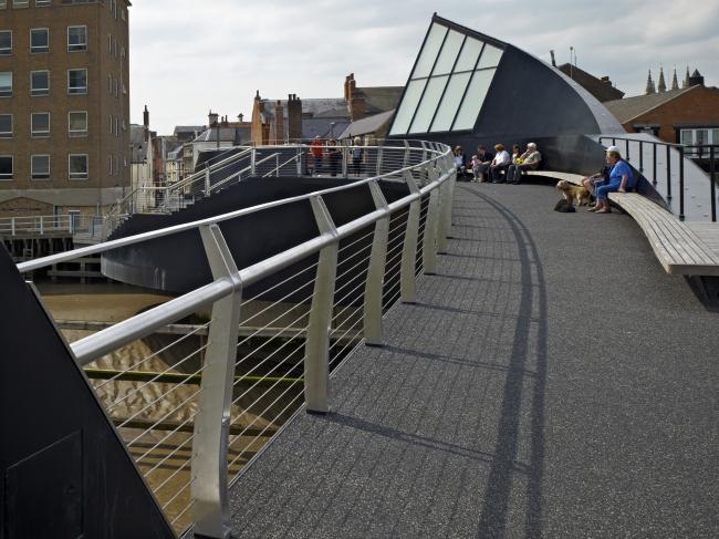 Пешеходный мост через реку Халл © Timothy Soar