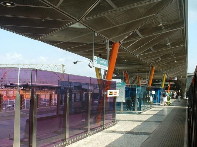 Станция «Стрэтфорд» легкой железной дороги. Фото: Sunil060902 via Wikimedia Commons. Лицензия GNU Free Documentation License, Version 1.2