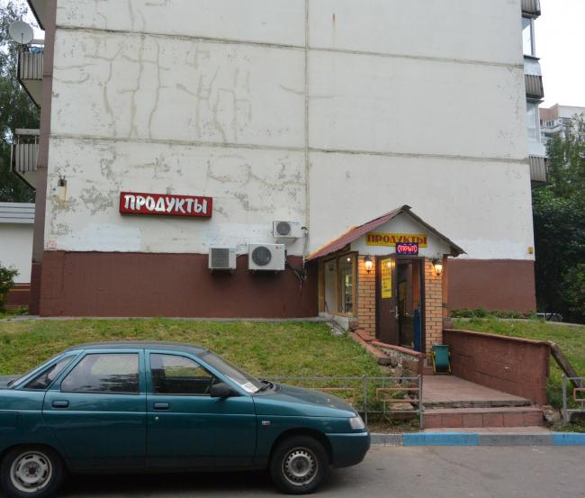 Магазин в цокольном этаже жилого дома. Из презентации Андрея Гнездилова